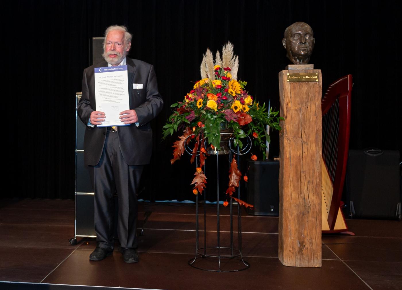 Der Preisträger mit der Verleihungsurkunde
